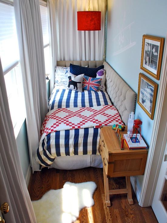 سرير نوم بمساحة ضيقة جداً