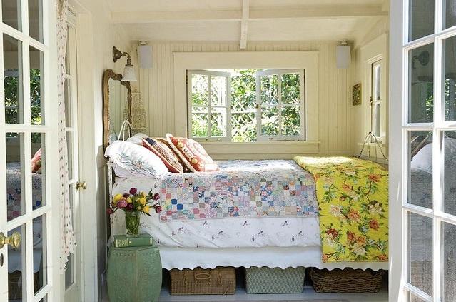 نموذج لغرفة نوم بمنزل ريفي ضيق