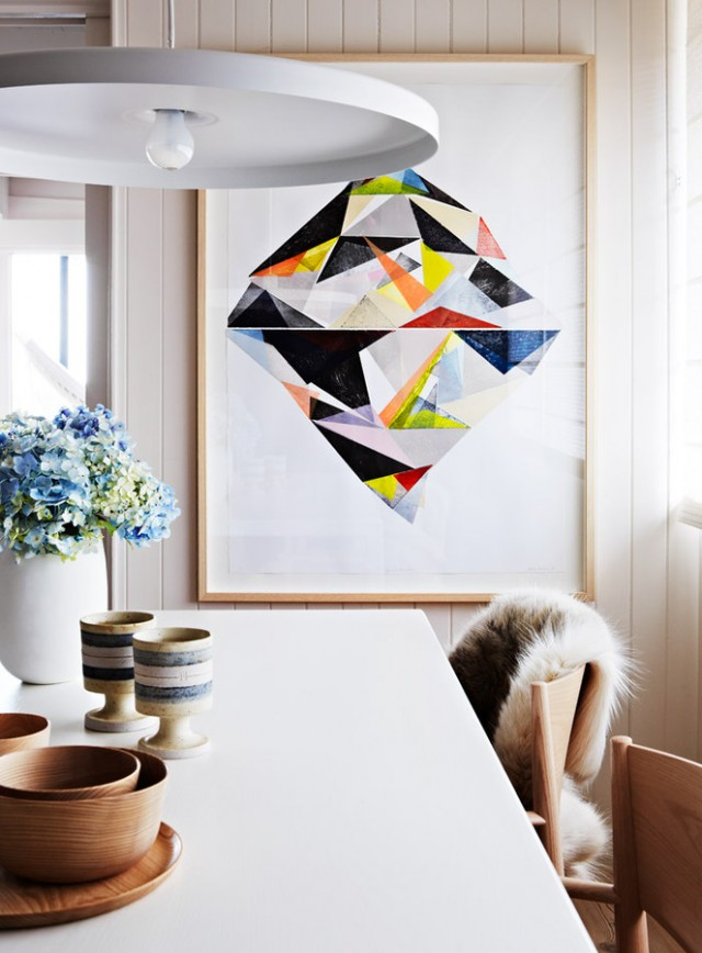 لوحة فنية كبيرة الحجم ضمن ديكور الغرفة