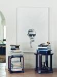 لوحة فنية ات مساحة كبيرة يغلب عليها اللون الأبيض ضمن ديكور غرفة ابيض اللون