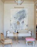 استخدام لوحة فنية مساحتها كبيرة بغرفة الجلوس