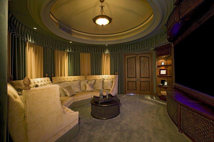 تصاميم مودرن لغرفة سينما منزلية