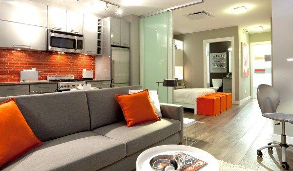 ديكور غرفة معيشة باللون الرمادي والبرتقالي