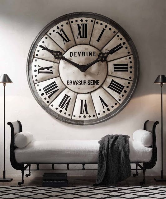 ساعة جدارية ضخمة وفخمة