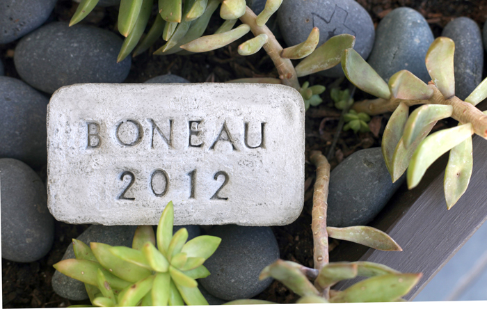 افكار لممر حديقة من حجارة تحتوي على كتابات
