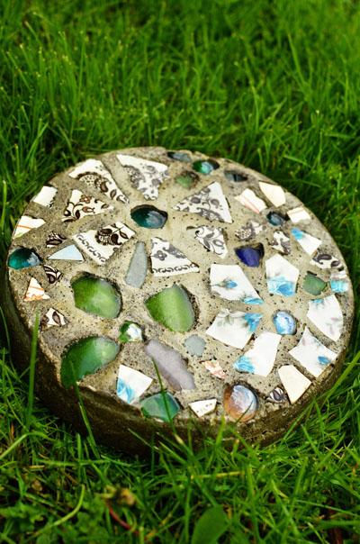 فكرة صناعة ممرات الحدائق من بقايا الزجاج