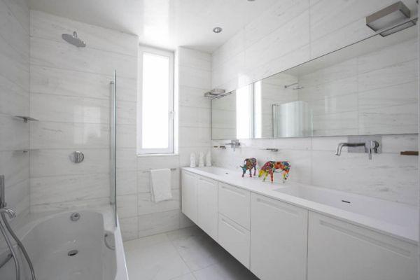 تصميم حمامات باللون الأبيض النقي