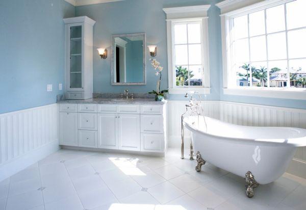 تصميم فخم لحمامات باللون الأبيض