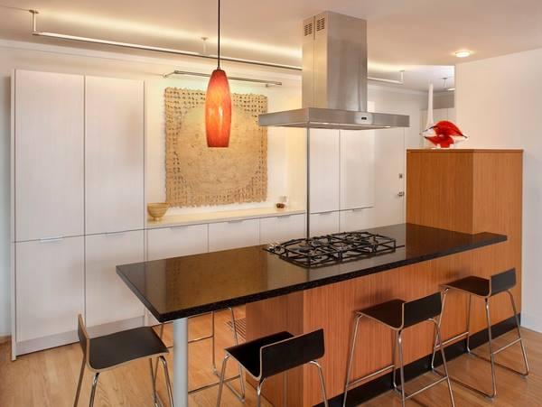 اللون الاسود والخشبي للمطبخ