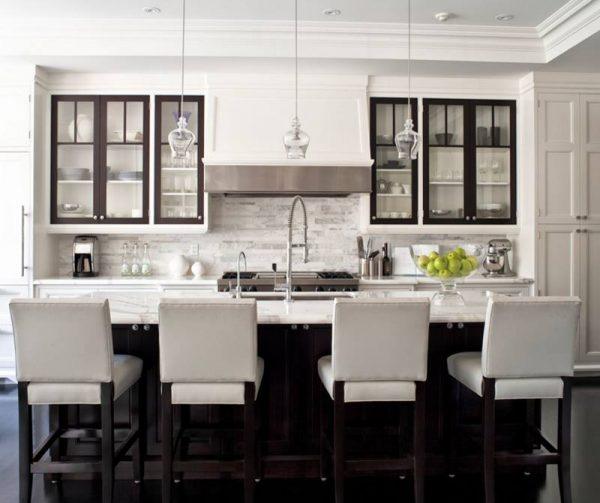 بار مع كراسي بيضاء للمطبخ
