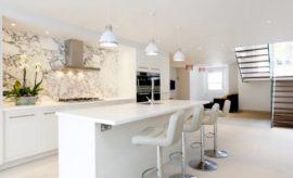 كراسي مطبخ بار , 17 مطبخ جميل بكراسي بيضاء