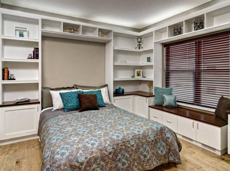 غرفة نوم بسرير قابل للطي