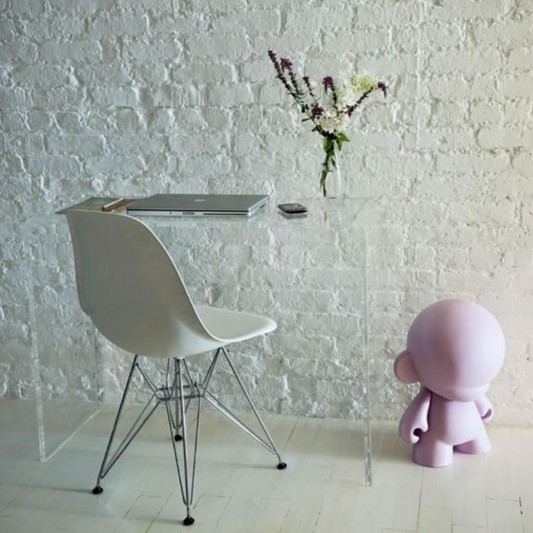 تصميم مكتب عصري باللون الأبيض