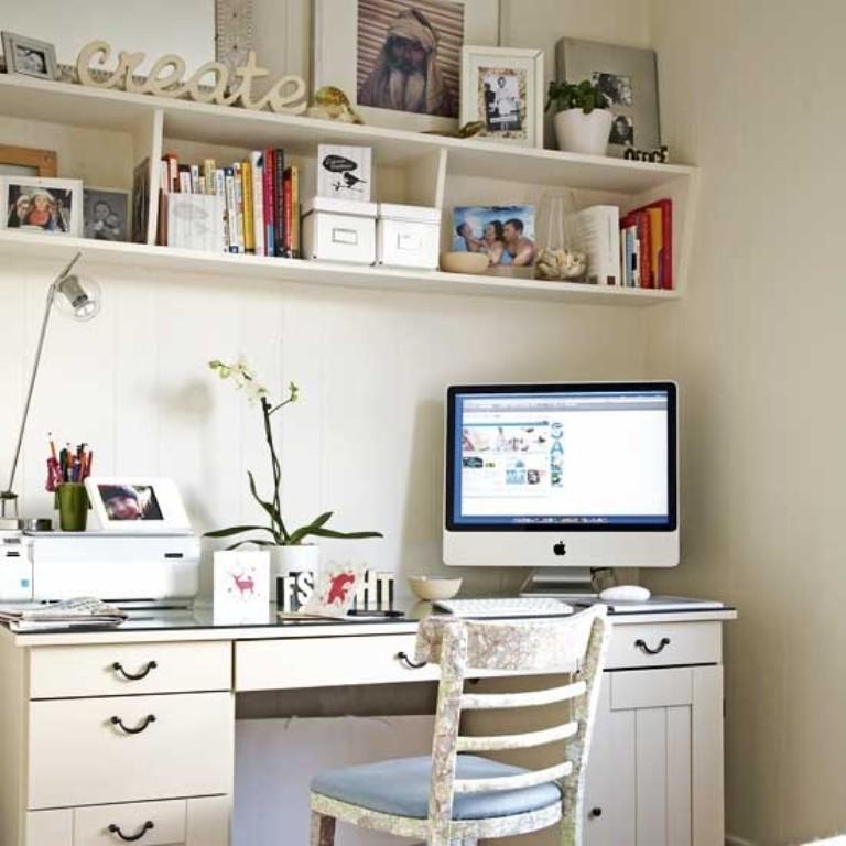 تصميم مكتب منزلي باللون الأبيض