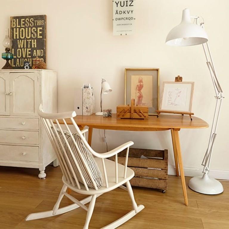 تصميم مكتب بالخشب الطبيعي و اللون الأبيض