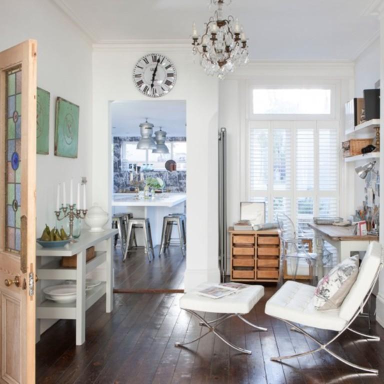 تصميم مكتب منزلي باللون الأبيض مع أرضية خشبية