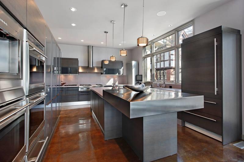 مطابخ امريكية مفتوحة على غرفة المعيشة والصالة