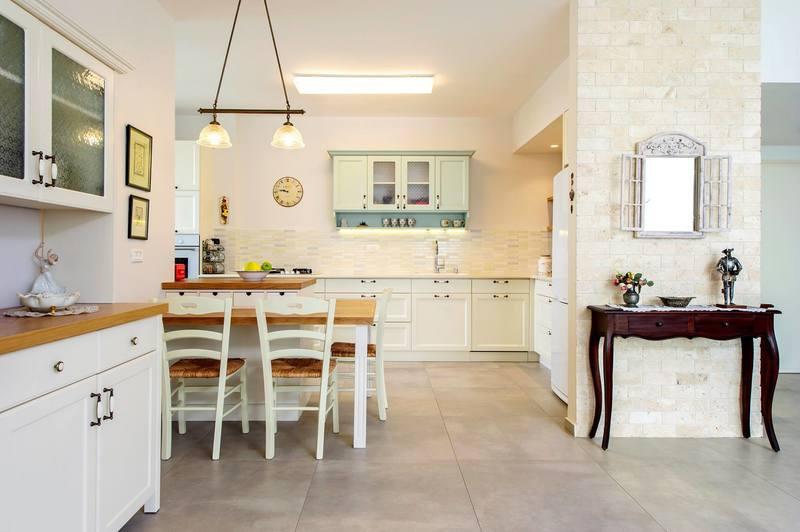 مطبخ صغير مفتوح على غرفة الجلوس